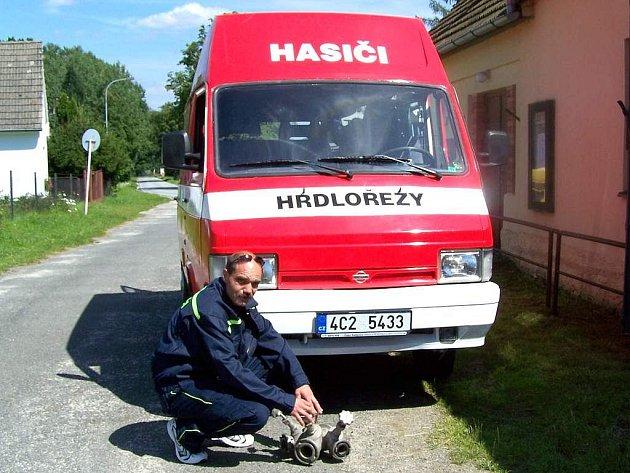Auto, které si sami členové sboru v Hrdlořezích upravili pro hasičské účely, řídí Martin Dědina (na snímku).