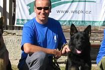 Ivan Horáček z Chlumu u Třeboně se věnuje i výcviku psů. Na snímku je s Cherrym z Nového Draka, který dnes slouží na missi v Afganistánu.