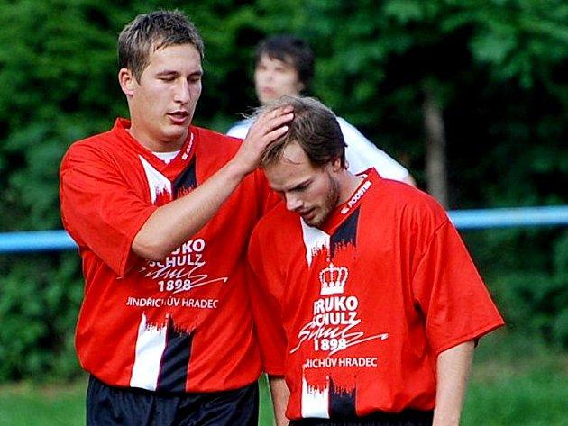 Největší podíl na cenném vítězství nad Hlubokou měl středopolař Jan Beneš (vpravo), který první gól vstřelil a na druhý přihrál. Na snímku přijímá gratulaci od svého spoluhráče Vojtěcha Moudrého.