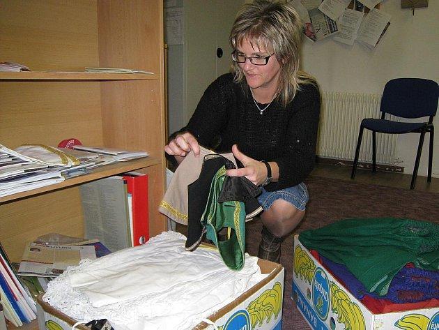V třeboňské charitě najdou potřební nejenom pomoc v podobě rady či možnosti hygieny, ale také mohou dostat oblečení. Na snímku ředitelka charity Lucie Bicková skládá kostýmy používané při Tříkrálové sbírce.