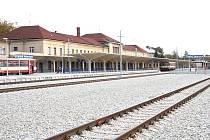 Pohled na rekonstruované vlakové nádraží v Českých Velenicích.