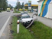 V neděli odpoledne se u čerpací stanice FrukOil v J. Hradci srazila dvě auta.