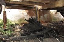Ohořelé trámy z historického pivovaru v centru Jindřichova Hradce město nabízí obyvatelům na topení.