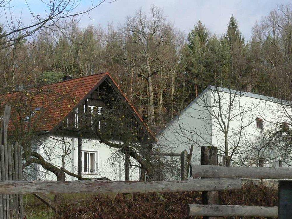 Pohled na usedlost na Cikaru u Kardašovy Řečice, kde policisté našli zavražděného majitele.
