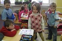 Děti, které ještě navštěvují školku, ale příští týden už se chystají k zápisu, navštívily svou budoucí školu a prohlédly si, co všechno žáci k učení potřebují.