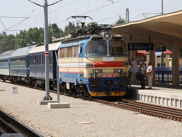 Slavnostní otevření elektrifikované tratě v Českých Velenicích. Příjezd první elektrické lokomotivy HV 340 do zrekonstruovaného nádraží v Českých Velenicích si nenechali zvídaví  lidé uniknout.