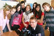 PREVENCE. Na snímku dopravní policista Jan Prokeš předvádí dětem z 5. základní školy v Jindřichově Hradce radar.