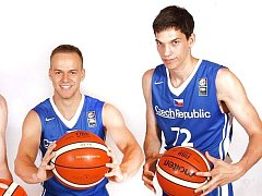 Hradečtí basketbalisté Theodor Dlugoš (vlevo) a Vojtěch Novák.
