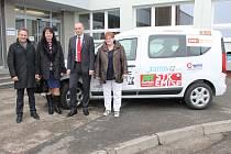 Na snímku u nového auta hospicové péče zleva předseda představenstva Waldviertler Sparkasse Franz Pruckner,  vedoucí pobočky banky Ludmila Kubánková, Zdeněk Maryška a vedoucí sestra Eva Šafránková.