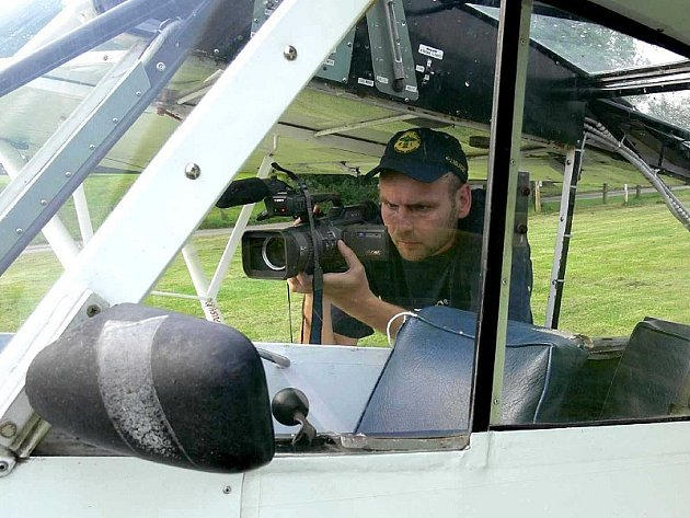 : Cosford - kameraman a redaktor Aleš Hazuka během pořizování záběrů.