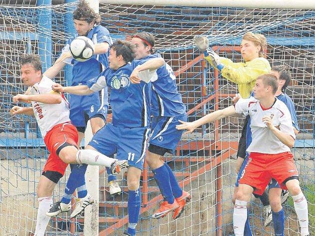 Dramatická situace před brankářem Skálou, Tábor v divizním derby vyhrál nad Třeboní 2:1.