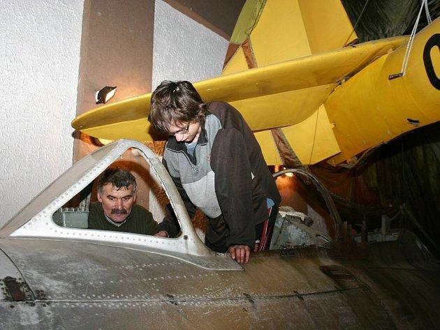 Členové Klubu historie letectví z Jindřichova Hradce rozšiřují expozico Muzea letectví v Deštné.