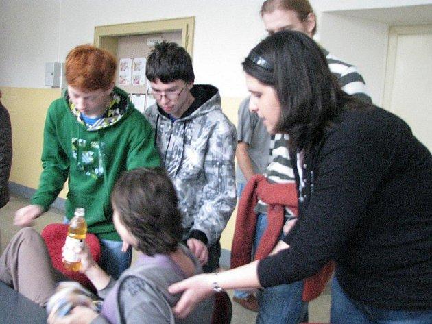 Na snímku pomáhá Jitka čechová studentovi, kterému se udělalo nevolno na školení první pomoci.