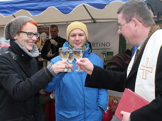 V Jindřichově Hradci požehnal vikář Ivo Prokop svatomartinskému vínu.