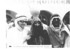 KUVAJŤANÉ. Fotografie je z roku 1989, kdy se v Třeboni konal již 5. ročník tradičních slavností Svět v obrazech baví Třeboň. Snímek byl pořízený na náměstí před hotelem Bílý koníček. Součástí oslav byla mimo jiné i velká módní přehlídka krojů.