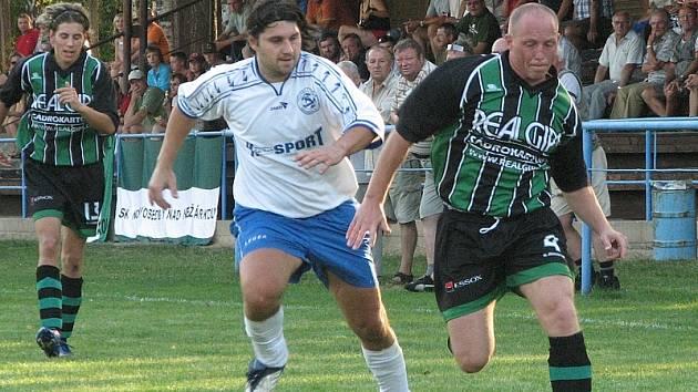BOJ. V dalším derby I. A třídy byli štastnější domácí hráči Suchdola, když porazili Novosedly brankou z penalty 1:0.  Na snímku je v souboji novosedelský Kreim (vpravo) s domácím Korunkou.