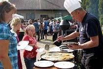 Na oslavách nechyběla ani hudba a občerstvení v podobě grilovaného selete, klobás a bramboráků.