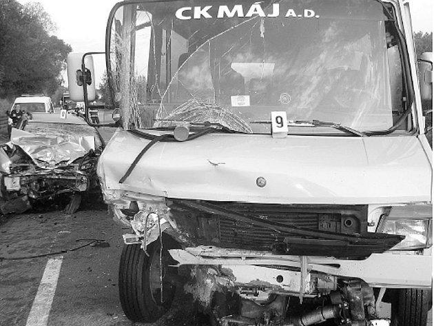 Sedm cestujících z mikrobusu utrpělo lehké zranění, řidič osobního automobilu na místě zemřel. Pondělní ráno tak připsalo další smutnou daň silnici kolem Netolic. Na vině srážky je zřejmě mikrospánek řidiče osobního automobilu.