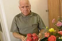 Mezi nadšené zahrádkáře ve Studené patří i Josef Čeloud. Na snímku je se svými výpěstky na podzimní výstavě ovoce a zeleniny.