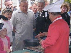 Televizná kuchař Petr Stupka předváděl v sobotu na Rybářských slavnostech v Třeboni pokrmy z ryb.