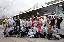 Třeboňští pištci se na zpáteční cestě z Vatikánu zastavili také v Českých Budějovicích, odkud pochází snímek. V druhé řadě zcela vlevo je vedoucí souboru Václav Šimeček, vpravo je organizátor zájezdu Pavel Barnáš.