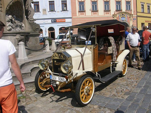 Historická vozidla na náměstí Míru v Jindřichově Hradci.