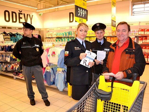 Policisté v supermarketu Albert vysvětlovali zákazníkům, jak se bránit kapsářům.