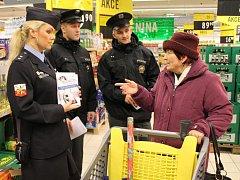 NECHAT KABELKU V NÁKUPNÍM VOZÍKU či  otevřené auto před supermarketem nahrává zlodějům, pro které se stává taková taška bez dozoru snadnou kořistí. Policisté v rámci osvěty neustále apelují na zákazníky.