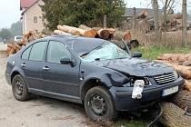 Tragická nehoda u Rodvínova. Chodec, který přecházel silnici k autobusové zastávce po střetu s osobním vozem zemřel. Auto po střetu zakončilo jízdu nárazem do složených klád.