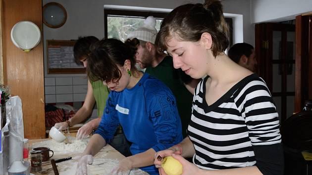 Frekventanti se museli vypořádat i s pečením chleba