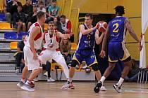 V úvodním kole Kooperativa NBL jindřichohradečtí basketbalisté (v modrém) podlehli v ofenzivně laděném souboji na půdě BK Olomoucko 92:100.