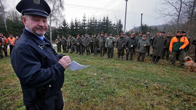 Policisté kontrolují pruběžně jestli myslivci při honech nejsou pod vlivem alkoholu a jestli mají v pořádku své zbraně.