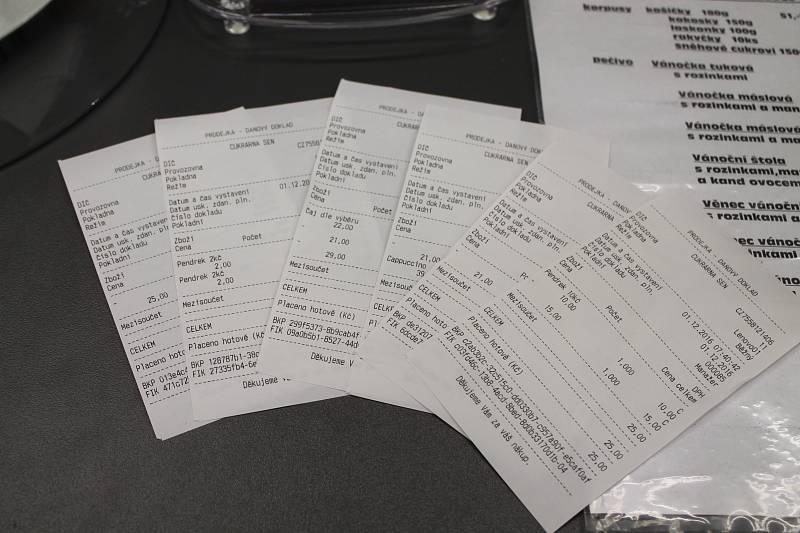 První den elektronické evidence tržeb. V cukrárně Sen v Jindřichově Hradci kasu obsluhuje majitelka Šárka Hrdličková.