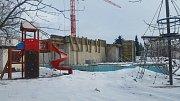 Za Lávkami v Dačicích pokračují stavební práce na vybudování nové mateřské školy.