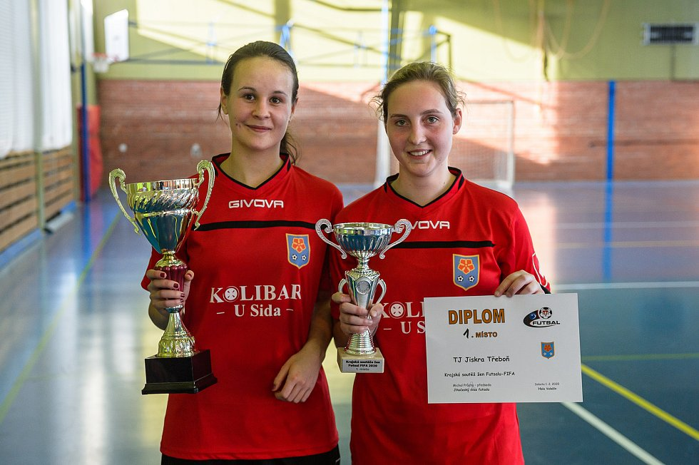 Šest družstev žen bojovalo ve Velešíně v krajské soutěži ve futsale FIFA. Nejlépe si vedly hráčky Třeboně.