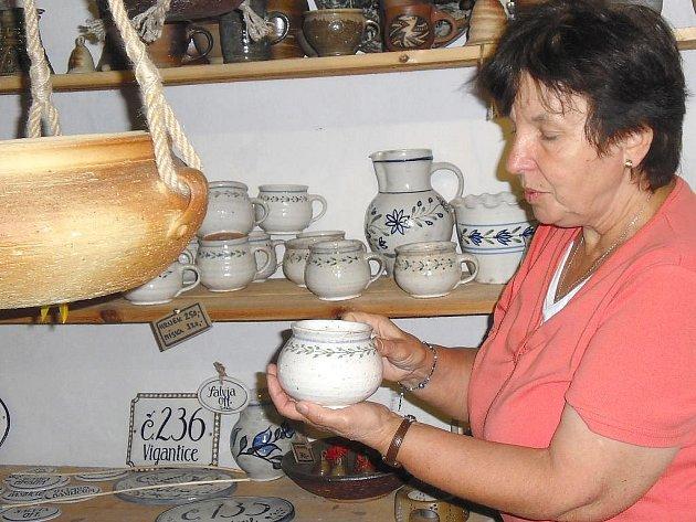 Zájemce o expozici Klikovské keramiky, která je otevřena po celé léto, provádí Marta Vajčnerová.