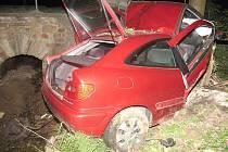 Náraz do betonového mostku a stromu u Pleší stál život mladého řidiče.