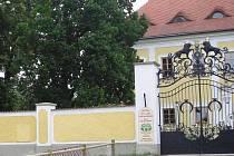 Pohled za zábradlí u Základní školy ve Stráži nad Nežárkou, který je předmětem sporu mezi radnicí a zámeckým pánem.