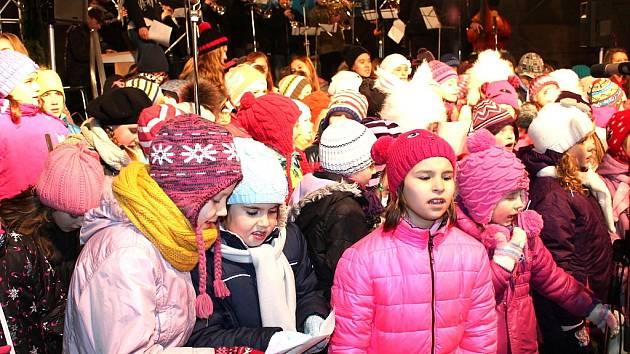 V J. Hradci si zazpívalo koledy asi 1600 lidí.