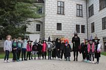 S prvňáky vyrazila v pátek třídní učitelka Dana Inkvortová ze ZŠ Sokolská po čarodějnické stezce.