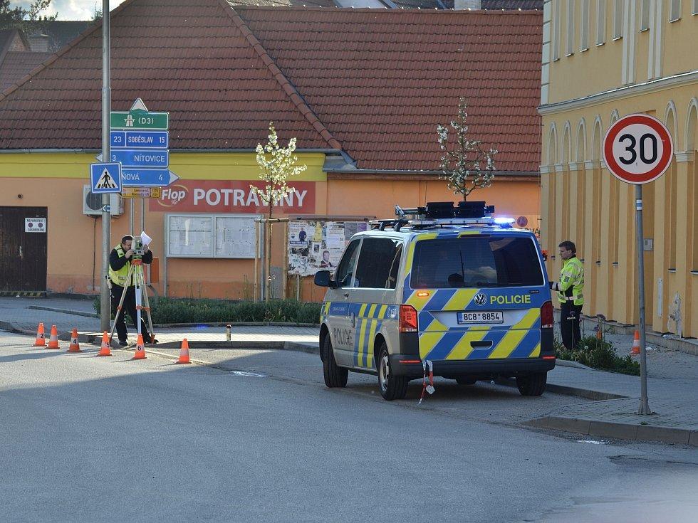 Tragický střet auta s chodcem v Kardašově Řečici na přechodu u školy.