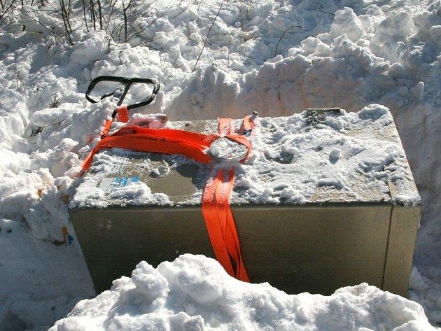Novobystřičtí policisté našli u hranic ve sněhu zahrabaný trezor, který byl odcizený v Rakousku.