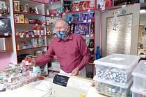 Majitel cukrárny zatím může sladkosti prodávat jen s sebou, posezení uvnitř pro zákazníky otevřít nemůže.