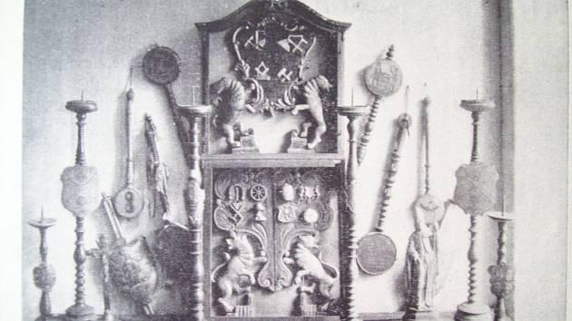 SYMBOLY ŘEMESEL. Ferule (cechovní právo), svícny a vývěsní štíty některých hradeckých cechů.