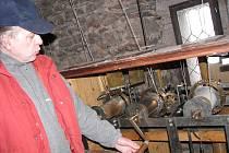 STROJ ČASU. Hodiny v Nežárecké bráně v Jindřichově Hradci ovládá tříbubnový hodinový stroj. Každý válec se natahuje zvlášť, jak předvádí konzervátor Muzea Jindřichohradecka Luděk Fiala, který se o hodiny stará.