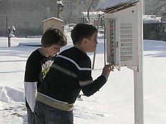 Hlavní náplní kroužku Globe v Základní škole Boženy Němcové v Dačicích  jsou každodenní meteorologická pozorování, která provádí žáci po 4. vyučovací hodině. Na školním pozemku mají meteorologickou budku se základním vybavením.