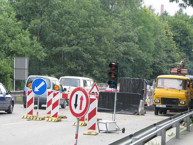 Uzavírka mostu přes Hamerský potok na obchvatu v Jindřichově Hradci.