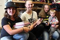 Magdaléna a Karolína Pickovy, Adéla Vienerová a Honzík Bláha (zleva) donesli do redakce Jindřichohradeckého deníku desítky dětských knížek.