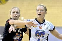 Hradecká Barbora Eliášová (vlevo) v souboji s bývalou spoluhráčkou Petrou Bubeníkovou, která působí v Písku.