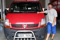 Nový Renault Master bude sloužit výjezdové jednotce dobrovolných hasičů v Jindřichově Hradci. Na snímku ještě není polepen symboly hasičů. Nové vozidlo Deníku ukázal velitel výjezdové jednotky dobrovolných hasičů Lubomír Beran.